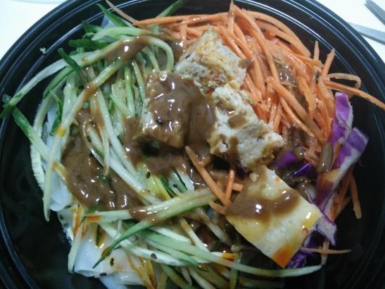 pasta di riso liangpi con verdure, tofu e salsa di sesamo