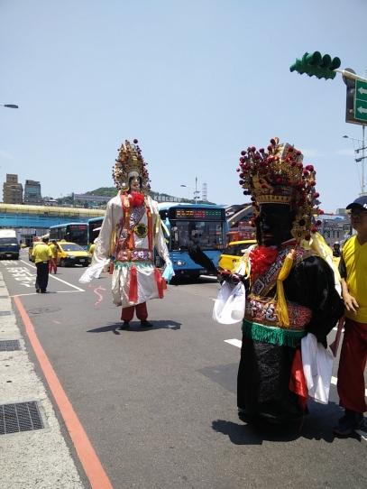 Guardiani del tempio taoista che escono dal tempio per la processione