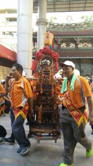 doudeng viene portata al tempio taoista