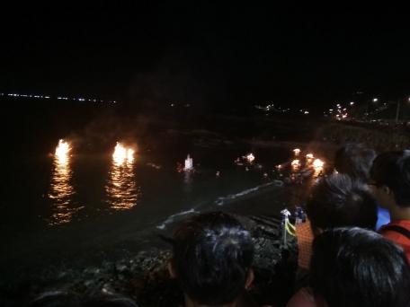 il rogo delle lanterne di carta al mare